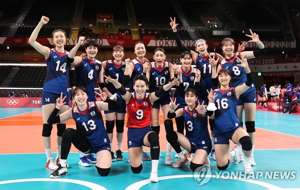7月31日,在东京奥运会女排小组赛第四轮中,韩国女排3比2战胜日本队,提前锁定四分之一决赛的席位。图为韩国队赛后合影。 韩联社