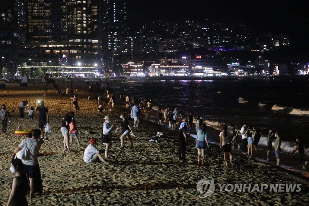 资料图片:市民在海云台避暑。 韩联社