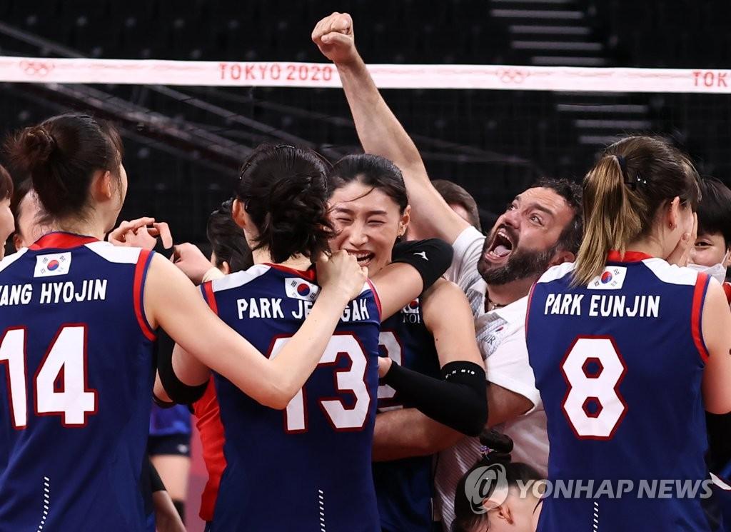 7月31日,在东京奥运会女排小组赛第四轮中,韩国女排3比2战胜日本队,提前锁定四分之一决赛的席位。图为韩国队庆祝得分。 韩联社