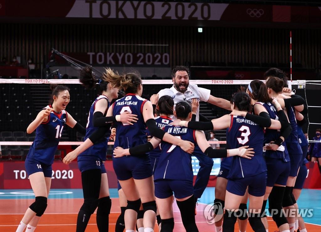7月31日,在东京奥运会女排小组赛第四轮中,韩国女排3比2战胜日本队,提前锁定四分之一决赛的席位。图为韩国队庆祝胜利。 韩联社