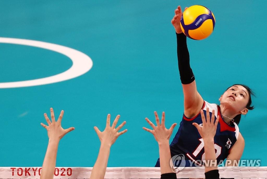 7月31日,在东京有明竞技场举行的东京奥运女排预赛A组第4轮比赛中,韩国队以3比2击败日本队,晋级八强。图为韩国选手金软景进攻。 韩联社
