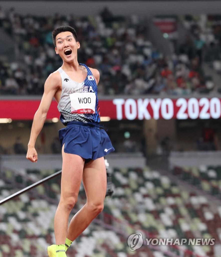 8月1日,在东京奥林匹克体育场举行的东京奥运会男子跳高决赛中,韩国选手禹相赫跳过2.35米,刷新了韩国最高纪录。 韩联社