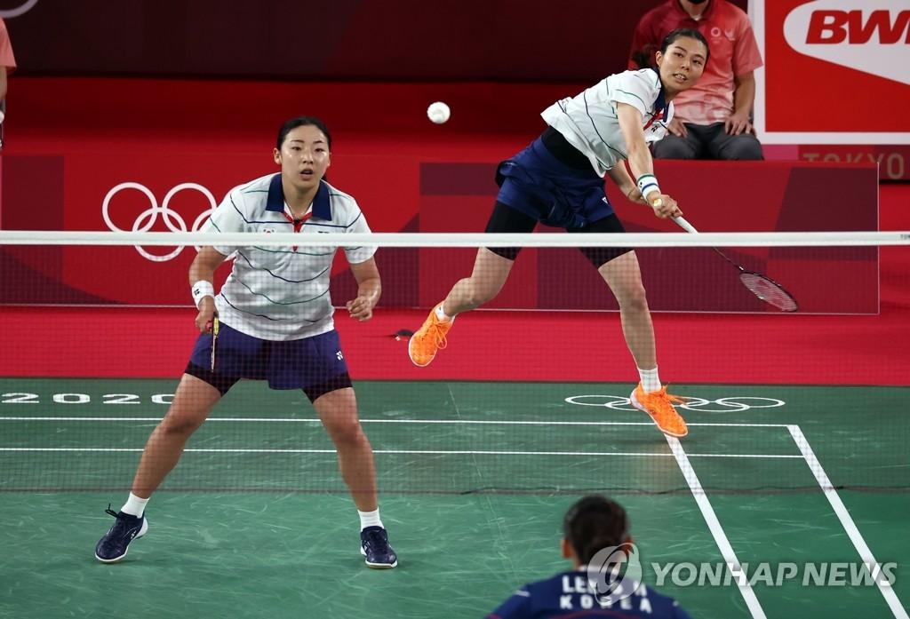 8月2日,在日本武藏野之森综合体育广场进行的东京奥运会羽毛球女子双打铜牌赛上,韩国李昭希/申昇瓒组合(蓝色)同金昭映/孔熙容组合展开角逐。 韩联社