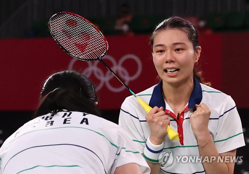 8月2日,在日本武藏野之森综合体育广场进行的东京奥运会羽毛球女子双打铜牌赛中,韩国组合金昭映/孔熙容迎战另一组韩国搭档李昭希/申昇瓒,最终以2比0取胜摘得铜牌。 韩联社
