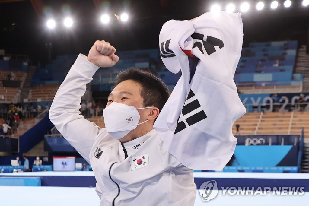 8月2日,在日本有明体操竞技场,申在焕斩获东京奥运会男子跳马决赛金牌。申在焕赛后高举国旗庆祝胜利。 韩联社