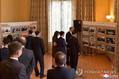 俄驻朝使馆办图片展纪念金正日访俄20周年