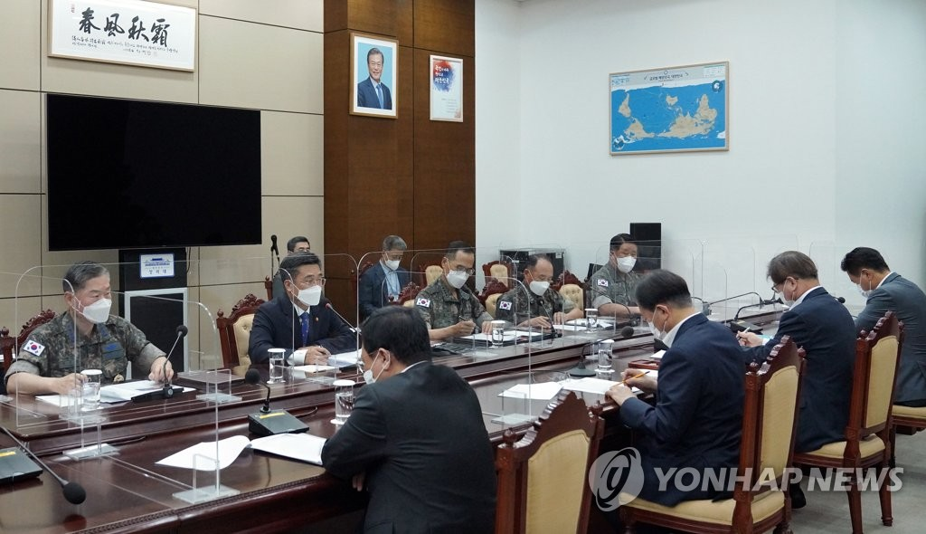 8月4日,在青瓦台,韩国总统文在寅主持召开国防工作报告会。图为韩军主要指挥官出席汇报会。 韩联社