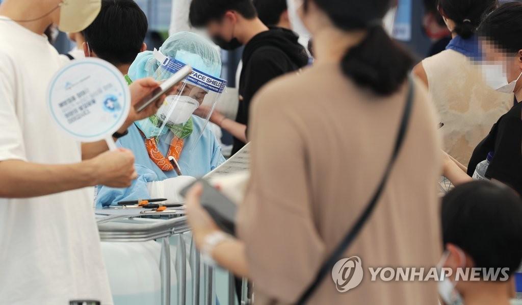 资料图片:等待检测 韩联社