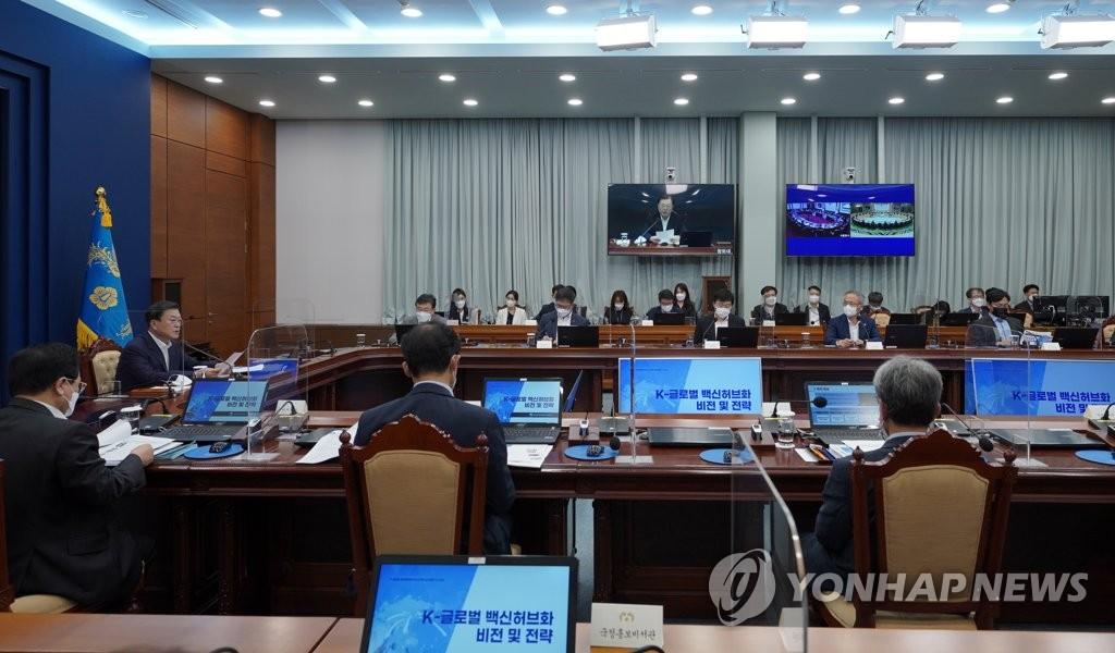 """8月5日,在青瓦台,韩国总统文在寅(左)主持召开""""K-全球疫苗枢纽展望及战略报告大会""""。 韩联社"""