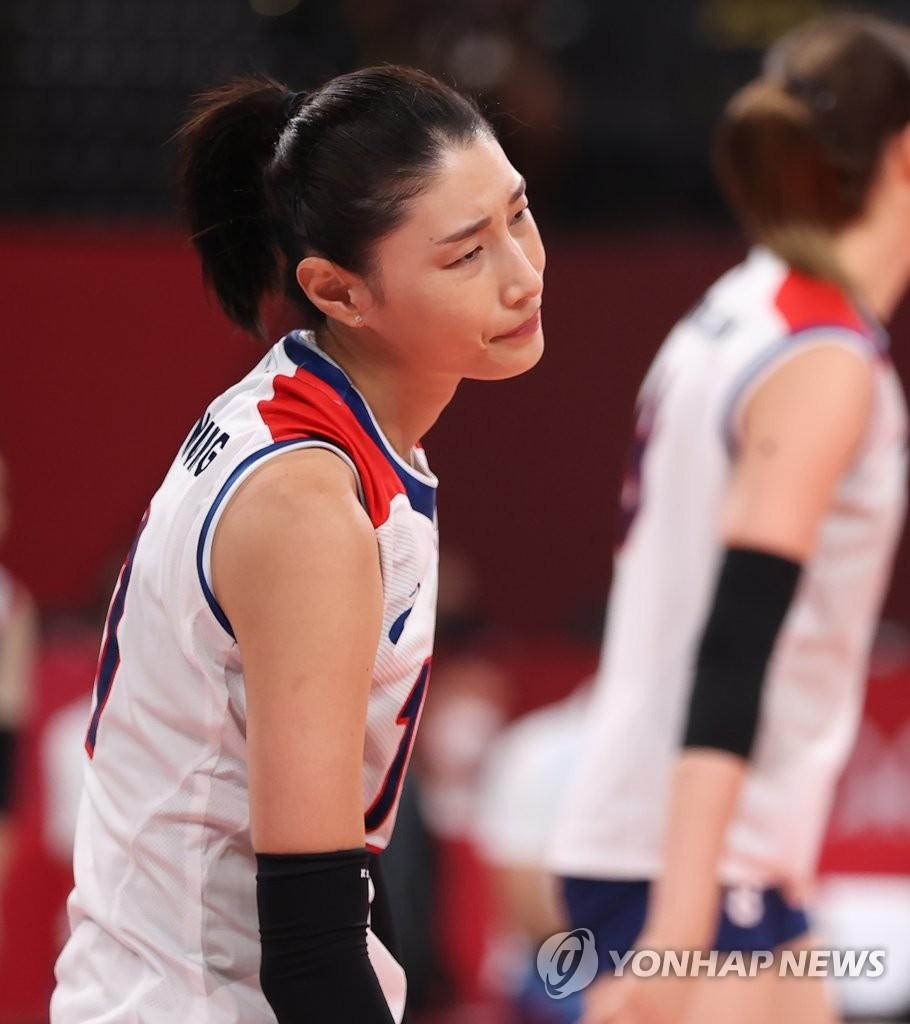 8月6日,东京奥运女子排球韩国对阵巴西的半决赛在日本有名竞技场举行。图为韩国队选手金软景失分后满脸遗憾。 韩联社