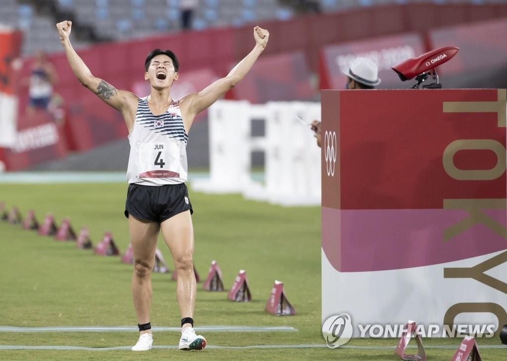 8月7日,在日本东京体育场进行的2020东京奥运男子现代五项激光跑项目中,韩国选手全雄太跑至终点后欢呼。全雄太以总分1470分摘得铜牌。 韩联社