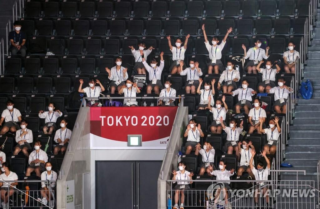 8月8日上午,在日本东京有明竞技场进行的2020东京奥运会铜牌争夺战中,韩国女排以0比3不敌塞尔维亚队,无缘奖牌。图为日本女高中生为韩国队加油。 韩联社