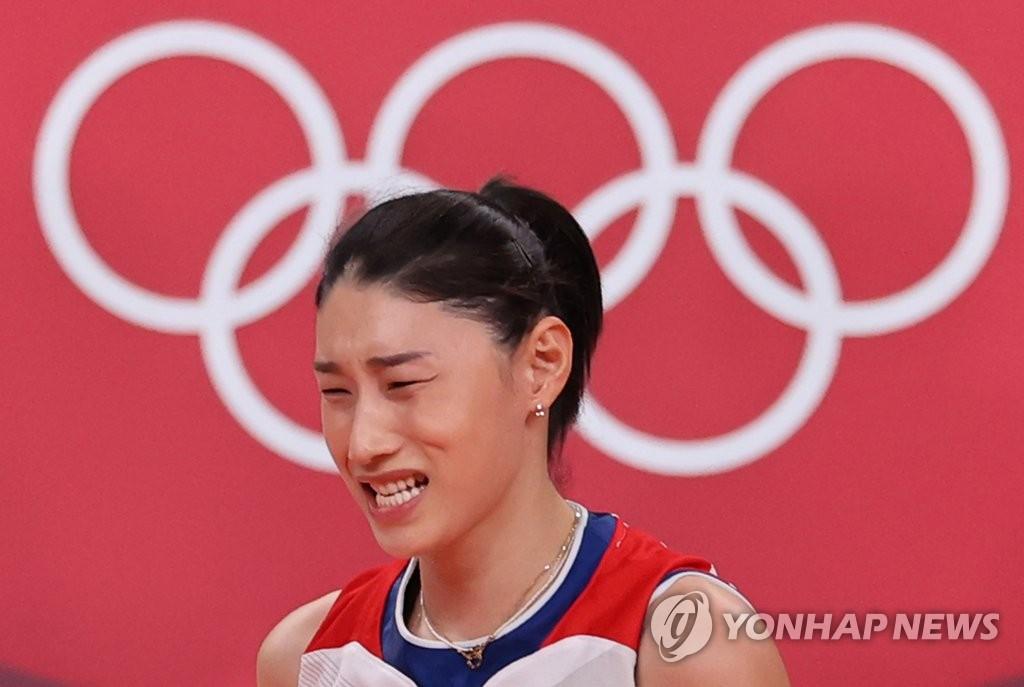 8月8日上午,在日本东京有明竞技场进行的2020东京奥运会铜牌争夺战中,韩国女排以0比3不敌塞尔维亚队,无缘奖牌。图为金软景遗憾不已。 韩联社