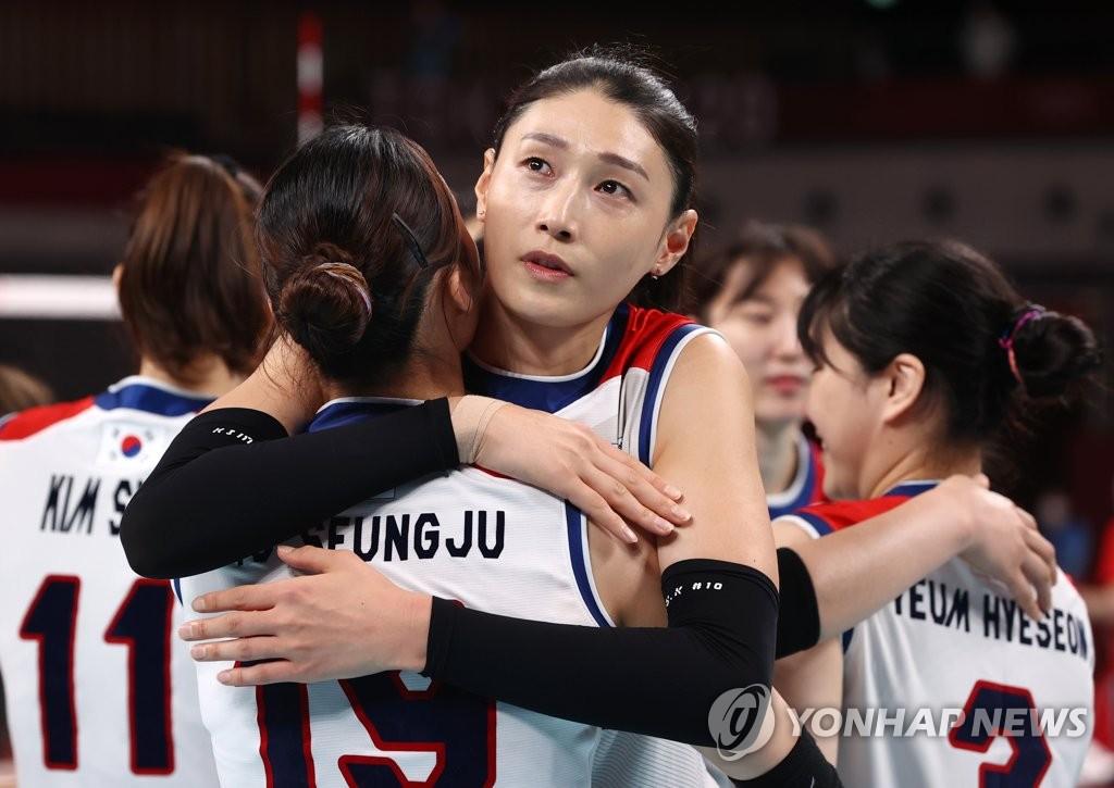 8月8日上午,在日本东京有明竞技场进行的2020东京奥运会铜牌争夺战中,韩国女排以0比3不敌塞尔维亚队,无缘奖牌。图为金软景安慰队员。 韩联社