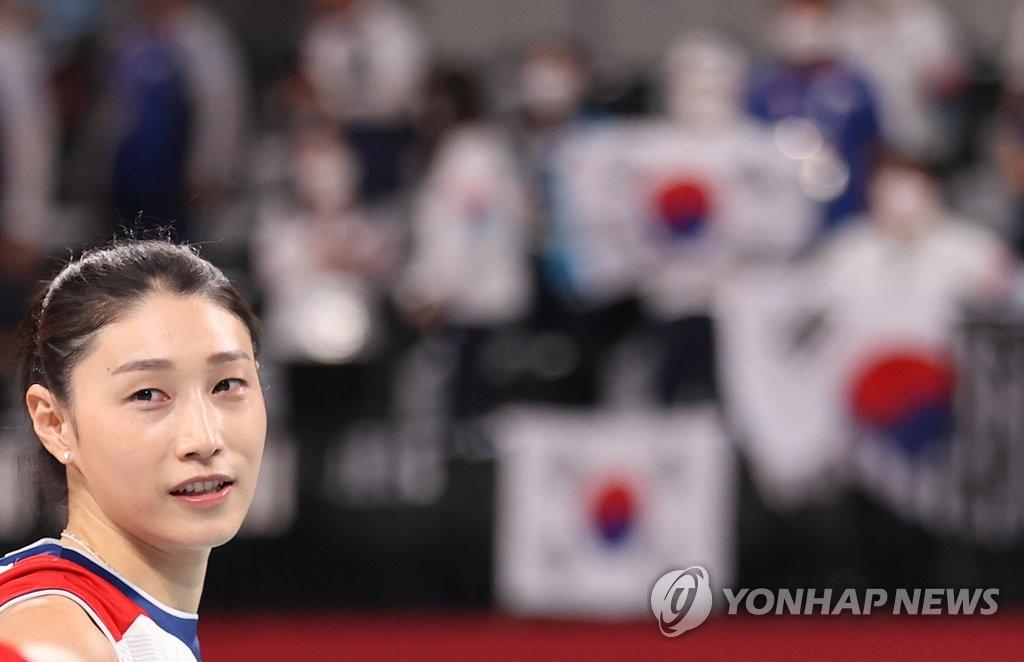 8月8日,在日本有明体育馆,东京奥运女排韩国对阵塞尔维亚的铜牌赛后,金软景安慰伤心的队友。 韩联社