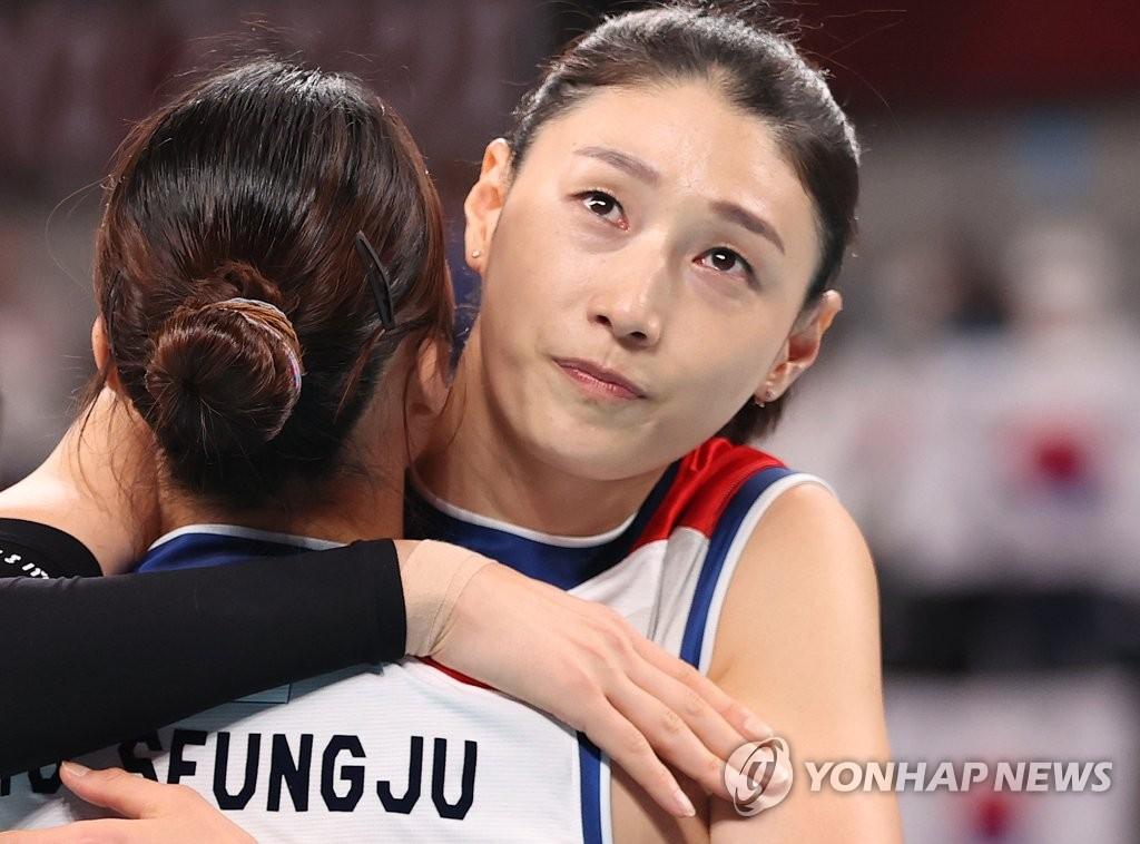 资料图片:金软景和队友相拥。 韩联社