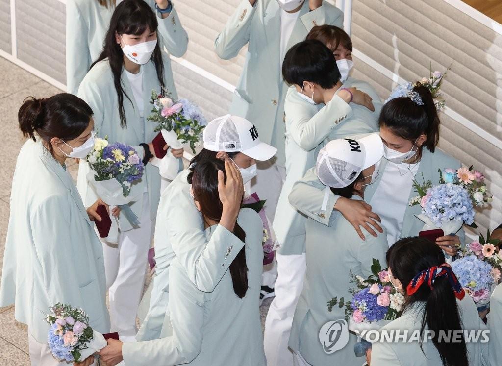 8月9日,在仁川国际机场,金软景率领的韩国女排载誉回国。 韩联社