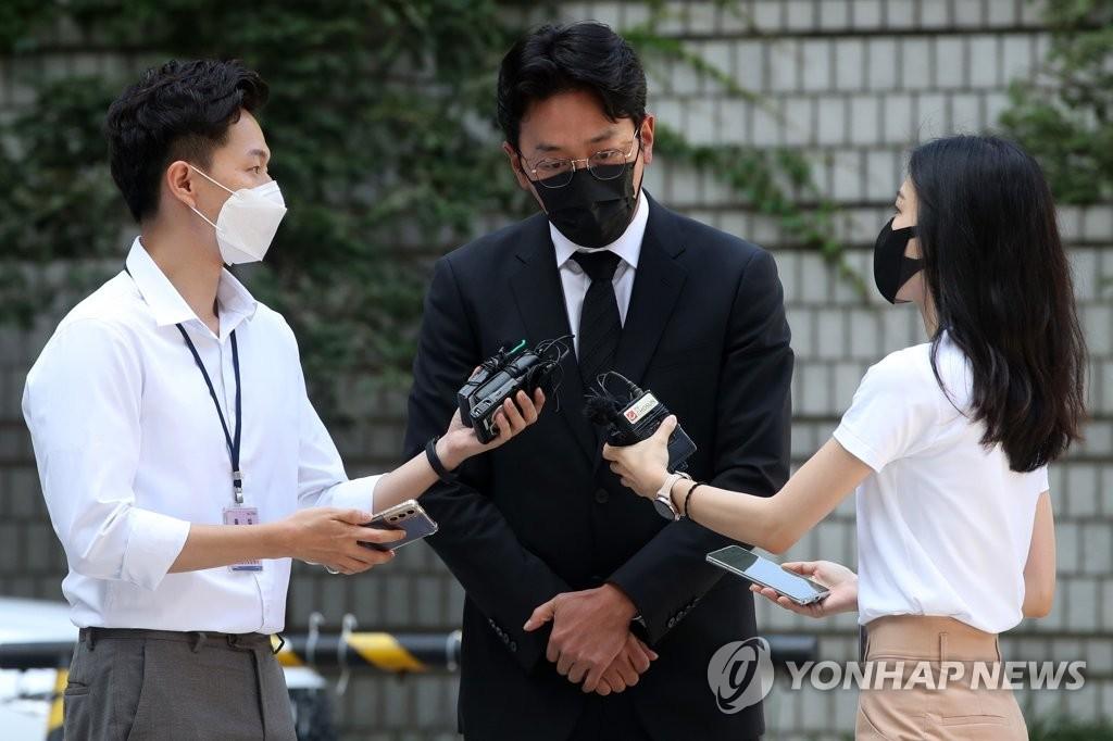 8月10日,在首尔中央地方法院,演员河正宇出席非法注射异丙酚案第一次庭审前接受采访。 韩联社