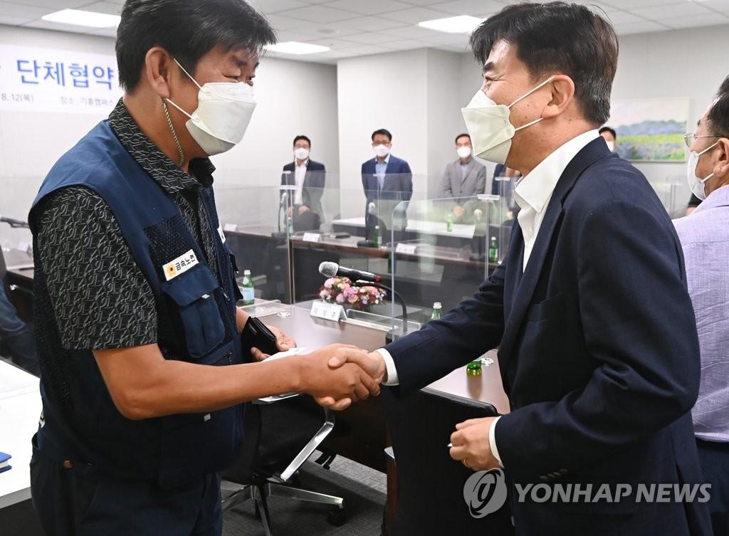 8月12日,在位于京畿道龙仁市的三星电子器兴园区,劳资双方举行集体协议签约仪式。 韩联社