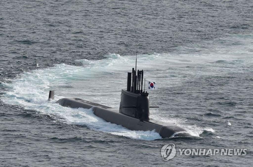 """8月13日上午,韩军在大宇造船海洋公司的玉浦造船厂举行了海军首艘3000吨级""""岛山安昌浩""""号潜艇的交付暨服役仪式。图为""""岛山安昌浩""""号在水面航行。 韩联社/海军供图(图片严禁转载复制)"""
