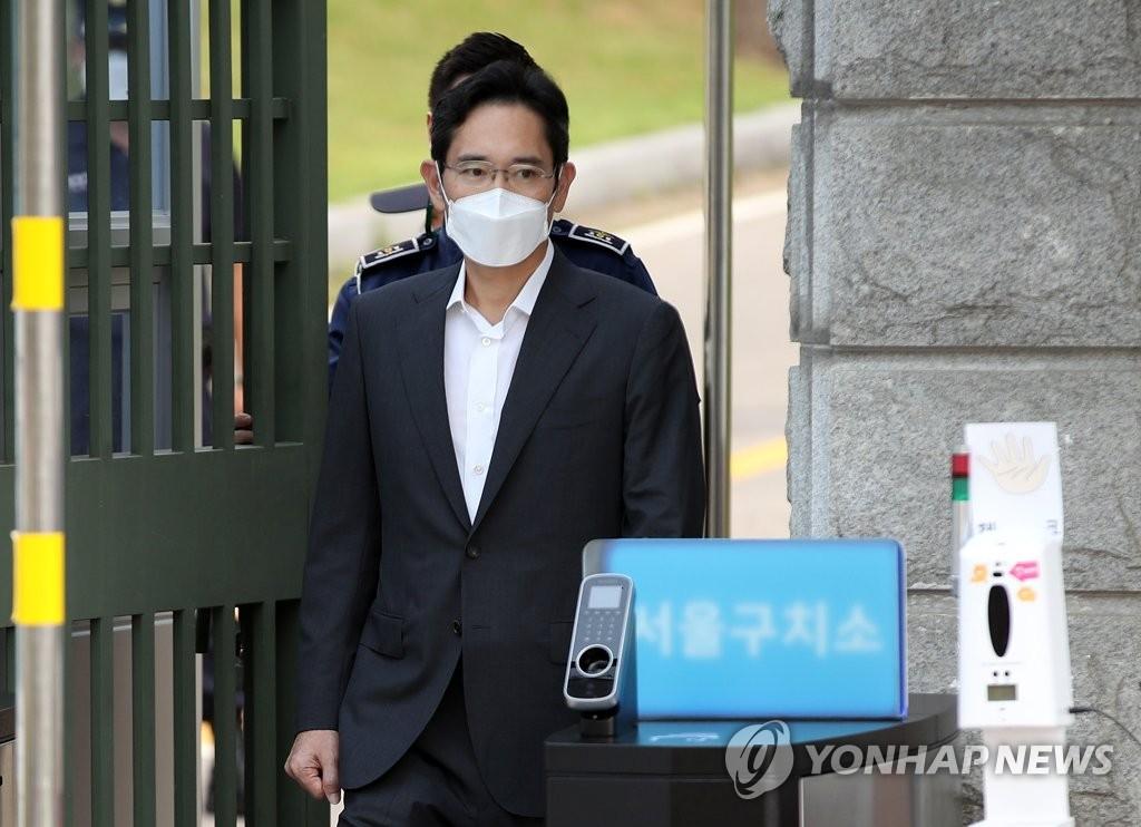 李在镕获假释出狱。 韩联社