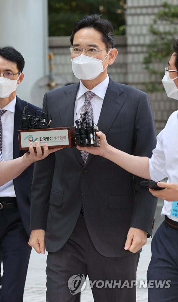 8月19日,在首尔中央地方法院,三星电子副会长李在镕在获准假释6天后出庭受审。 韩联社