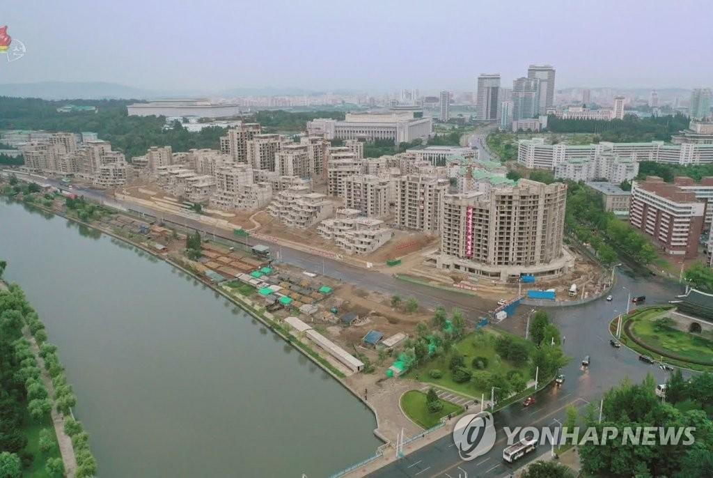 图为流经平壤的普通江之畔正在建设阶梯式联排住宅区。 韩联社/朝鲜央视画面截图(图片仅限韩国国内使用,严禁转载复制)
