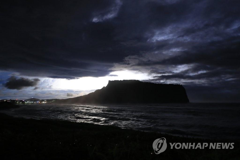 图为8月23日晚台风过后的济州道西归浦市城山邑城山日出峰。 韩联社