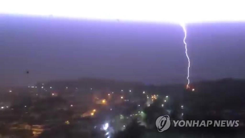 8月23日晚11时55分许,在庆尚南道昌原市城山区盤林洞上空,一道闪电将夜空照亮。 韩联社/读者供图(图片严禁转载复制)