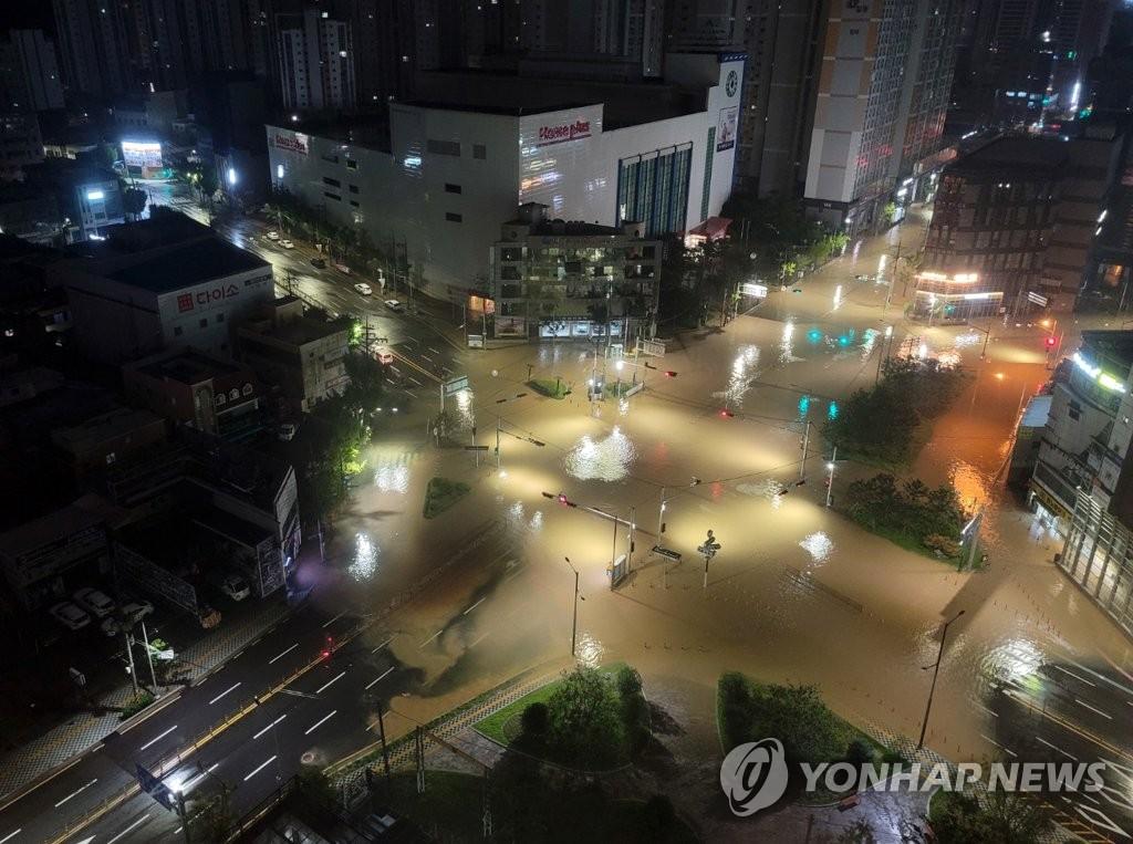 8月24日,釜山市莲堤区莲山洞十字路口一带被水淹没。 韩联社/读者供图(图片严禁转载复制)