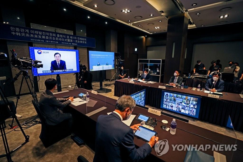 8月24日,韩中关系未来发展委员会启动仪式暨第一次全体会议在首尔广场酒店举行。 韩联社