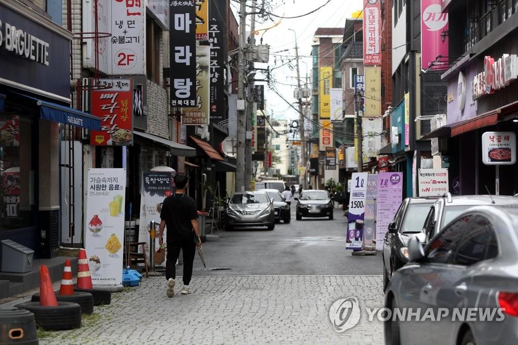 资料图片:8月25日,受新冠疫情影响,全北大学附近的街道一片冷清。 韩联社