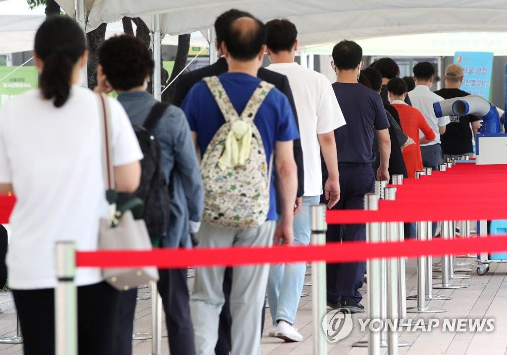资料图片:8月26日,在位于首尔市政办公楼广场的一处新冠临时筛查诊所,市民排队待检。 韩联社