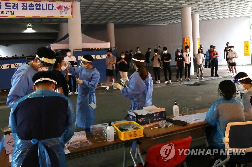 资料图片:8月27日,在江原道华川郡卫生站,居民们正在接受新冠病毒检测。 韩联社
