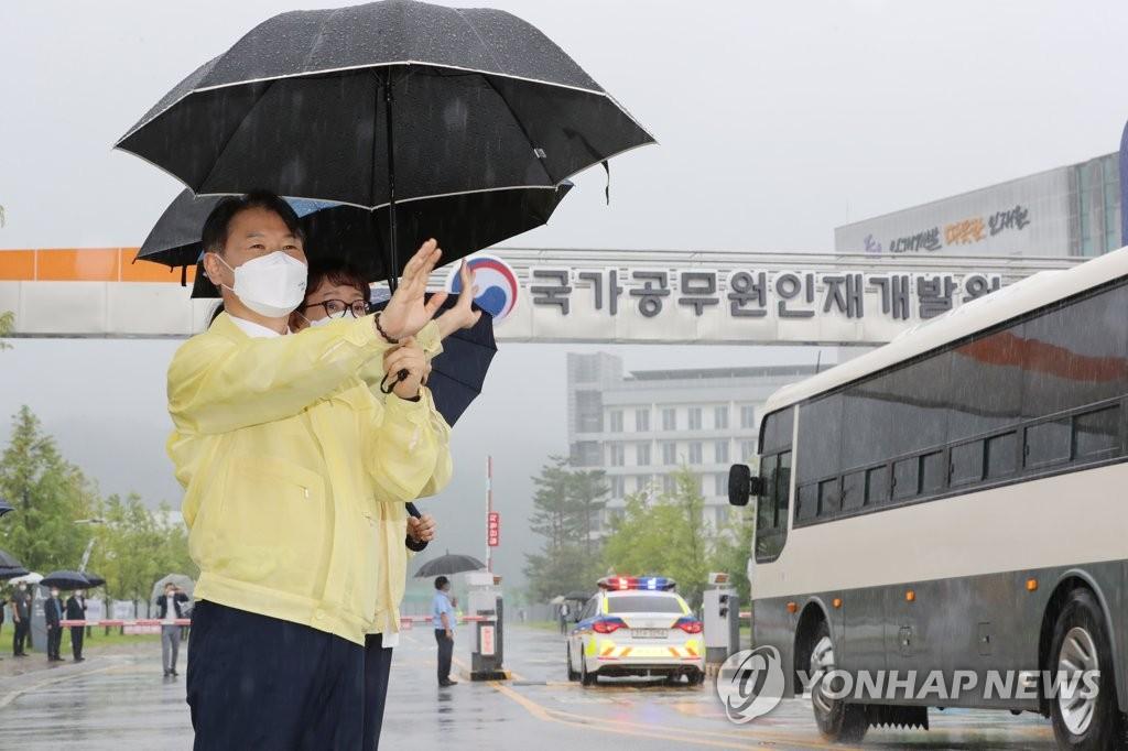 8月27日,在忠清北道镇川公务员人才开发院前,韩国法务部次官(副部长)姜声国迎接阿富汗特别入境人员。 韩联社
