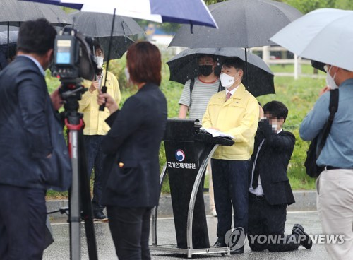 韩法务部副部长就员工跪地为其打伞致歉