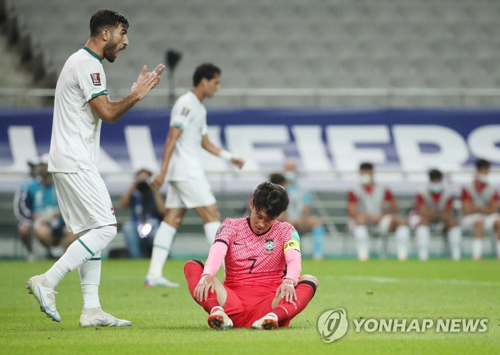 9月2日,在首尔世界杯体育场,2022卡塔尔世界杯亚洲区预选赛12强赛A组首轮比赛,韩国对阵伊拉克。图为韩国队选手孙兴慜(红衣)坐地难掩遗憾。 韩联社