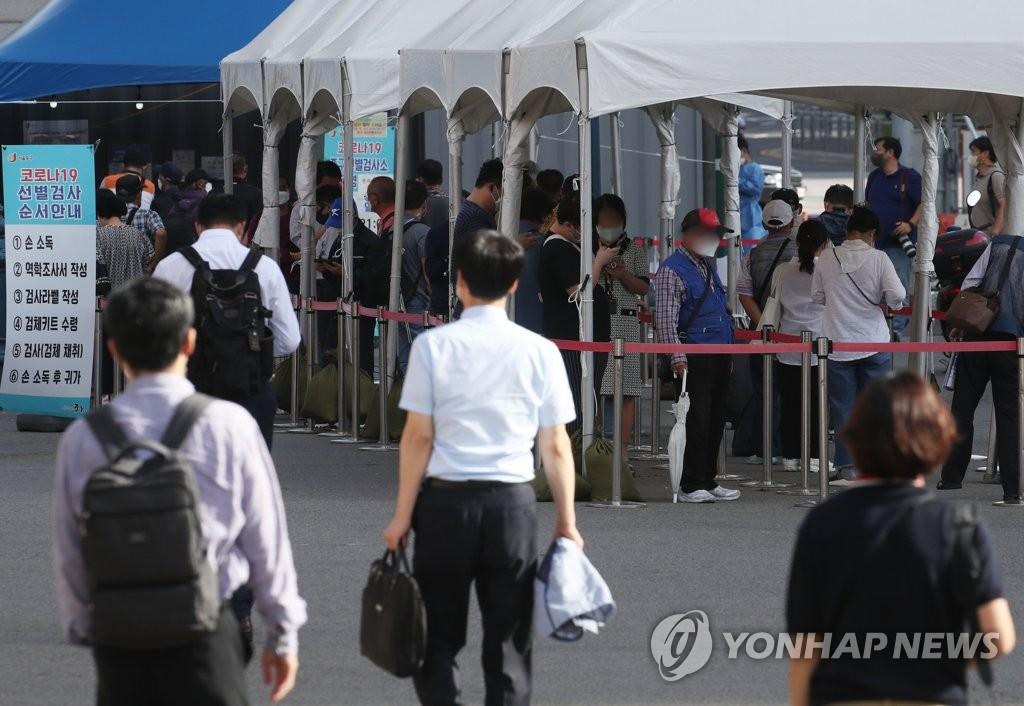 9月6日,市民在首尔站临时筛查诊所排队候检。 韩联社