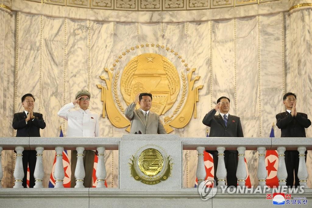 9月9日,在金日成广场,朝鲜举行纪念建政73周年的民间及安全武装力量阅兵式。 金正恩在主席台向受阅方队招手。 韩联社/朝中社(图片仅限韩国国内使用,严禁转载复制)