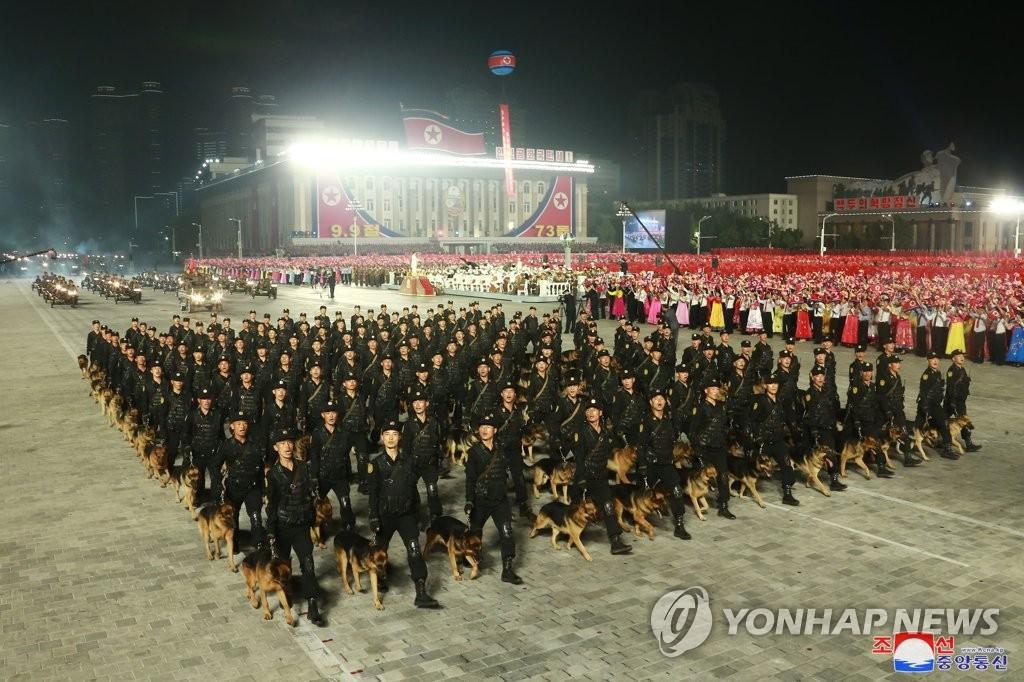 9月9日,在金日成广场,军犬方队接受检阅。 韩联社/朝中社(图片仅限韩国国内使用,严禁转载复制)