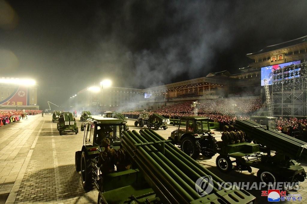 9月9日,在金日成广场,拖拉机拉着多管火箭炮通过广场。 韩联社/朝中社(图片仅限韩国国内使用,严禁转载复制)