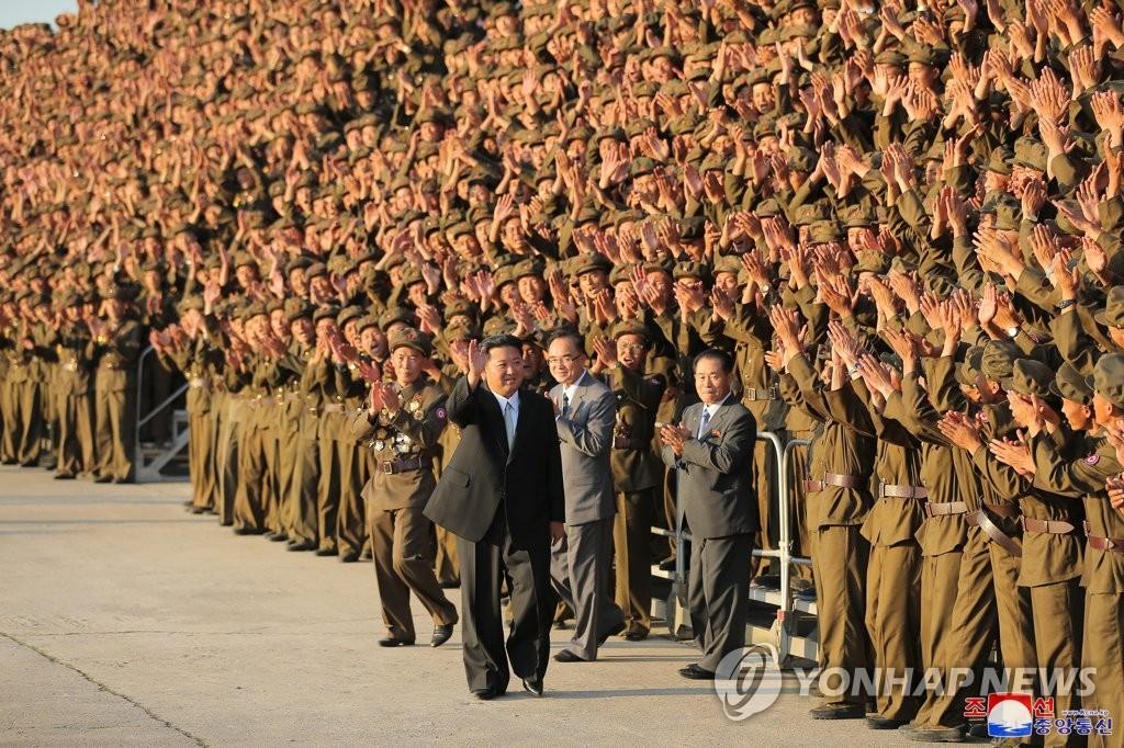 9月9日,在平壤,金正恩与阅兵式受检军人合影。 韩联社/朝中社(图片仅限韩国国内使用,严禁转载复制)
