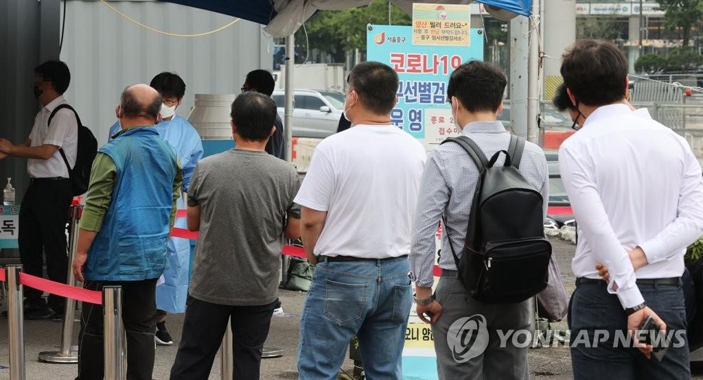 资料图片:排队待检 韩联社