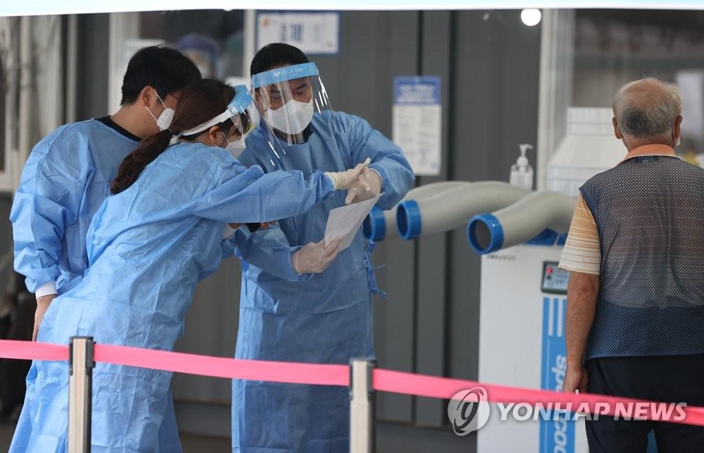 资料图片:9月13日,在首尔火车站的临时筛查诊所,工作人员在忙碌。 韩联社