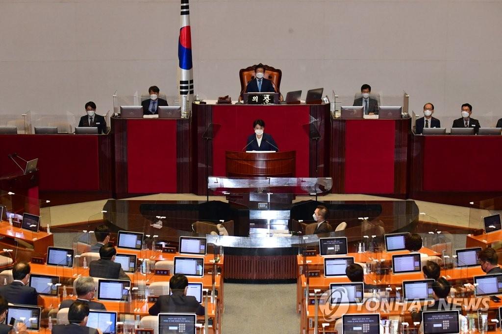 9月13日,在辞职议案表决前,尹喜淑在国会全会上发言。 韩联社/国会摄影记者团