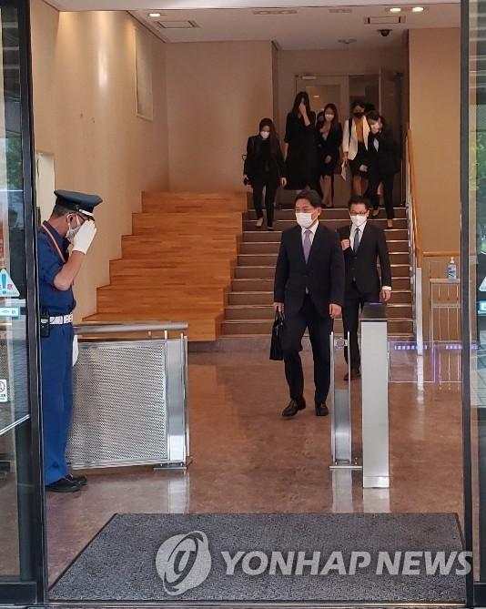 9月13日,韩国外交部韩半岛和平交涉本部长、对朝代表鲁圭悳在日本外务省会见日本外务省亚洲大洋洲局局长船越健裕后离场。 韩联社