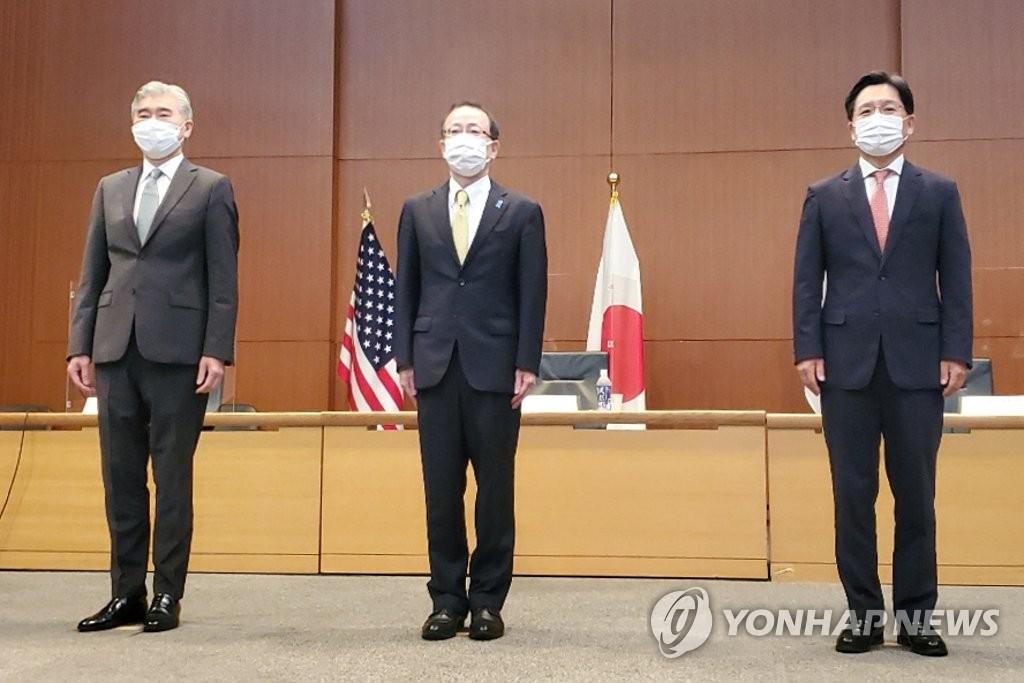 9月14日,在日本外务省国际会议室,美国对朝特别代表星·金(左起)、日本外务省亚洲大洋洲局局长船越健裕、韩国外交部韩半岛和平交涉本部长鲁圭悳在举行韩美日对朝首席代表会议前合影。 韩联社