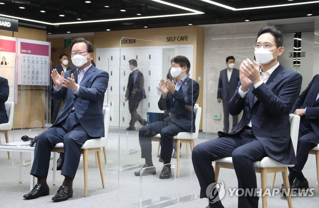 9月14日,在三星青年SW学院(SSAFY),国务总理金富谦(左)与李在镕等三星集团方面人士举行座谈会。 韩联社