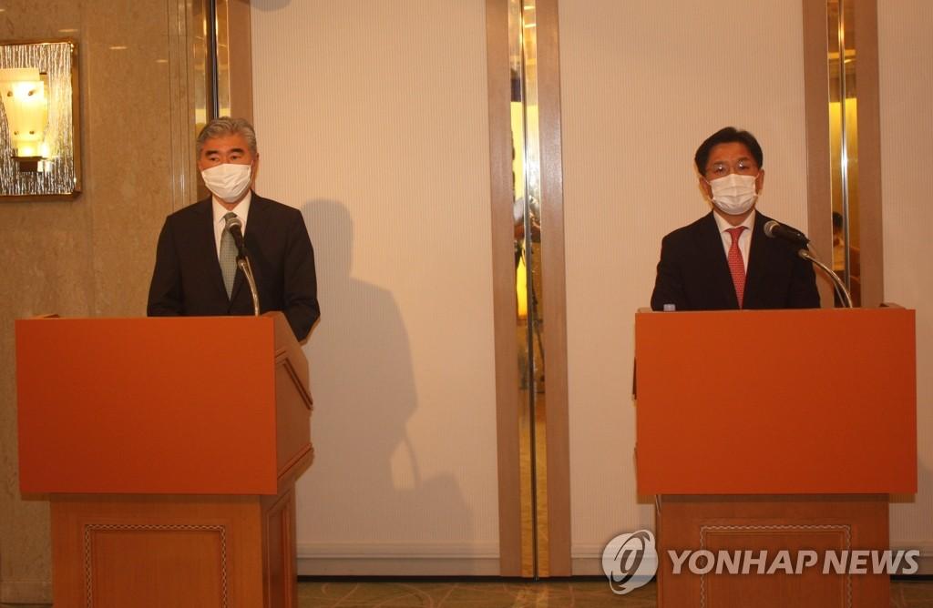 9月14日,在日本,美国对朝特别代表星·金(左)、韩国外交部韩半岛和平交涉本部长鲁圭悳出席记者会。 韩联社