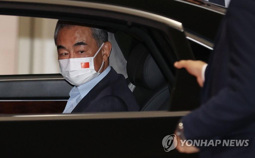 资料图片:9月14日,中国国务委员兼外长王毅抵达韩国仁川国际机场。 韩联社